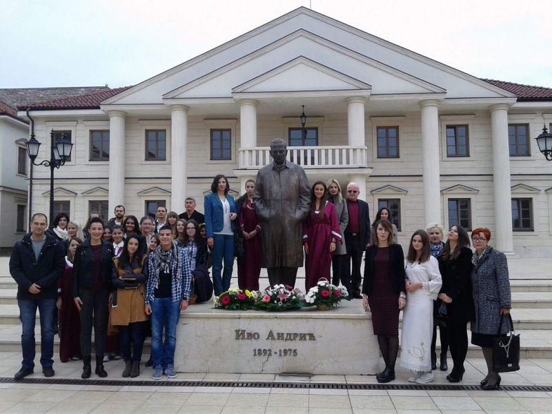 Sećanje na Andrića: Učenici višegradske srednje škole obeležili 124 godine od rođenja nobelovca