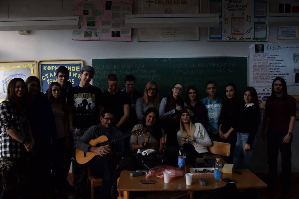 Uz pomoć profesora i poznatih muzičara, ovi srednjoškolci rasturaju džez, rok i bluz