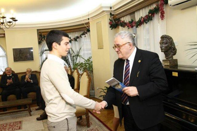 Student elektrotehnike: SANU nagradio tabletom mladog hemičara iz Vranja