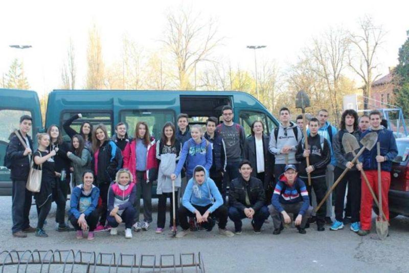 Gimnazijalci iz Prijedora maturanti za primer: Zarađuju da bi platili drugarima ekskurziju