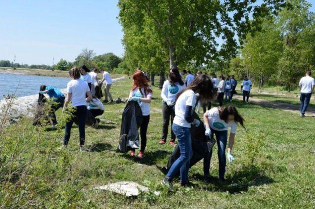 Srednjoškolci čistili priobalje Dunava kod Srebrnog jezera