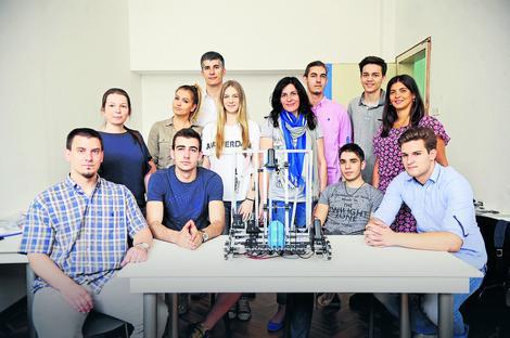 Tim srednjoškolaca robotičara