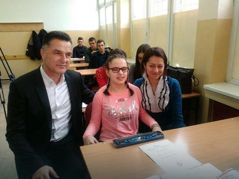 Najboljoj slabovidoj učenici u Srbiji grad obezbedio Brajev displej